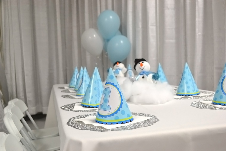 white_blue winter wonderland birthday party table decorations